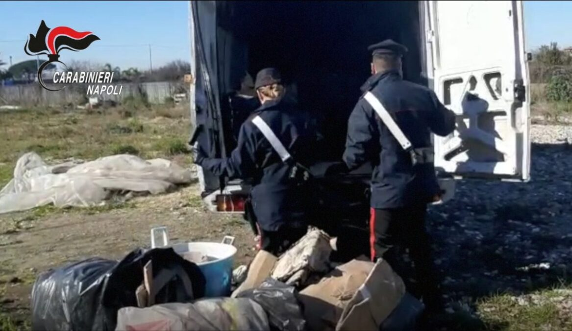Furgone con rifiuti Carabinieri